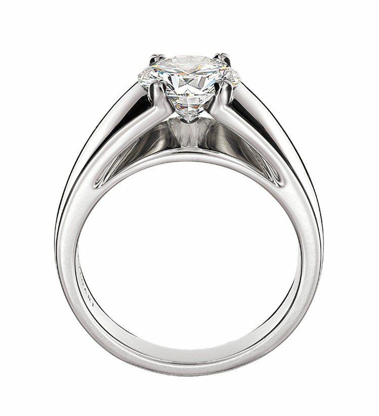 Marryme系列鉑金鑽戒,採用建築學概念,現代感線條凸顯鑽石火光,另有搭配的素...