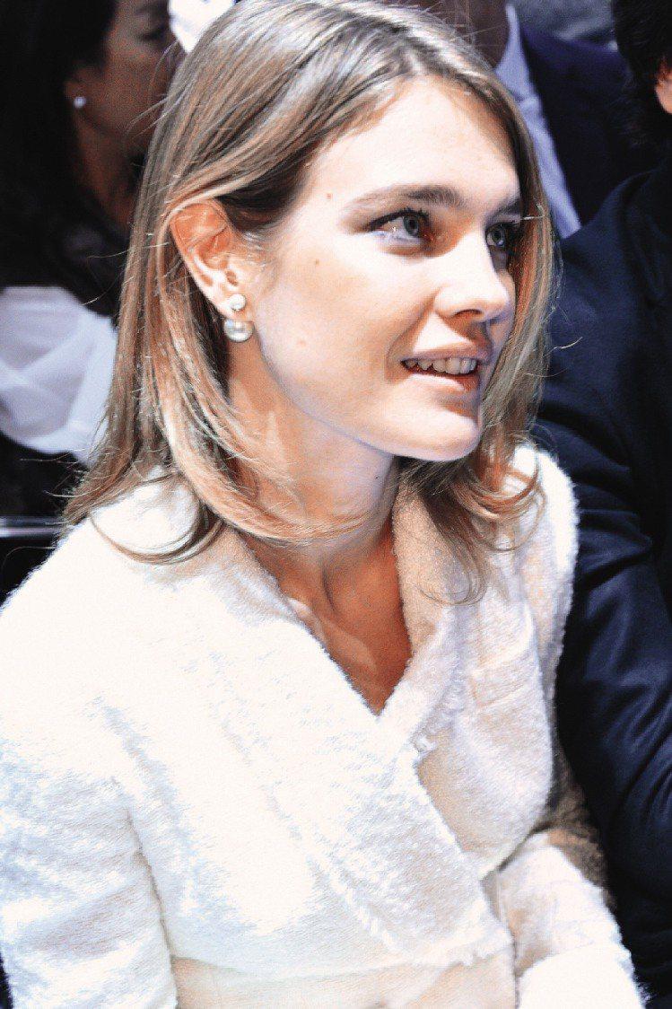 超模娜塔莉亞配戴Miss en Dior雙面珍珠耳環看秀。圖/Dior提供