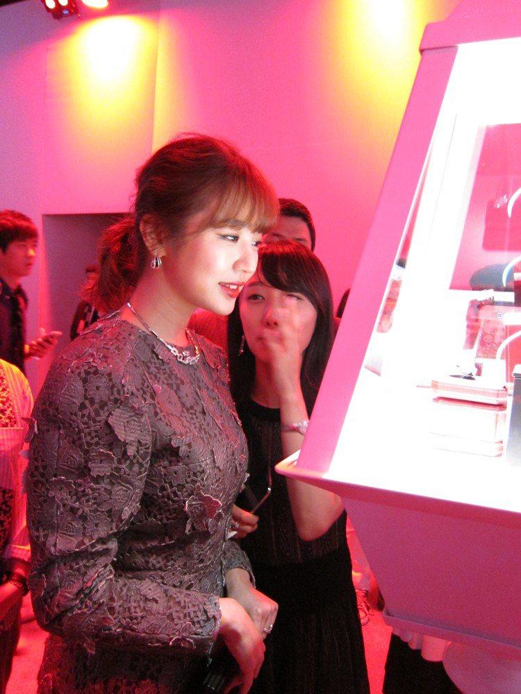 尹恩惠現場欣賞卡地亞Paris Nouvelle Vague系列珠寶,讚嘆不已。...
