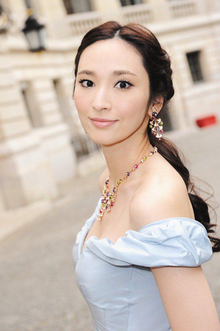 吳佩慈配戴DIVA系列頂級珠寶項鍊和耳環。圖/BVLGARI提供
