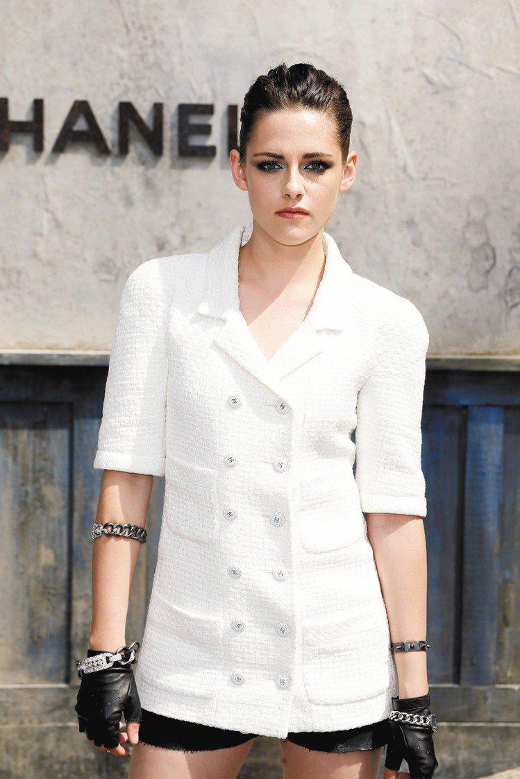 克莉絲汀史都華配戴PREMIERE腕表看秀,優雅中極具個性。圖/CHANEL提供