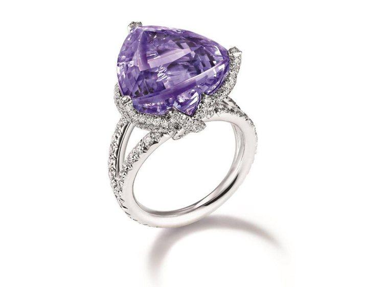 Liens丹泉石鑲鑽戒指,鑲嵌18.97克拉三角形切割丹泉石,搭配鑽石,286萬...