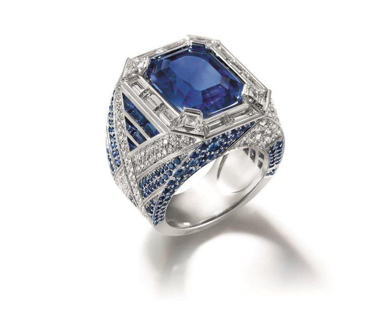 Liens 藍寶石鑲鑽戒指,鑲嵌10.81克拉枕形緬甸藍寶石,搭配梯鑽、明亮式切...