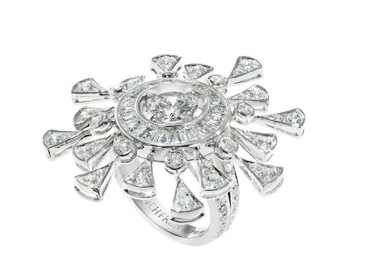 鑲嵌95顆鑽石共4.81克拉。右:Perles d'Eclat璀璨珠串項鍊。圖/...