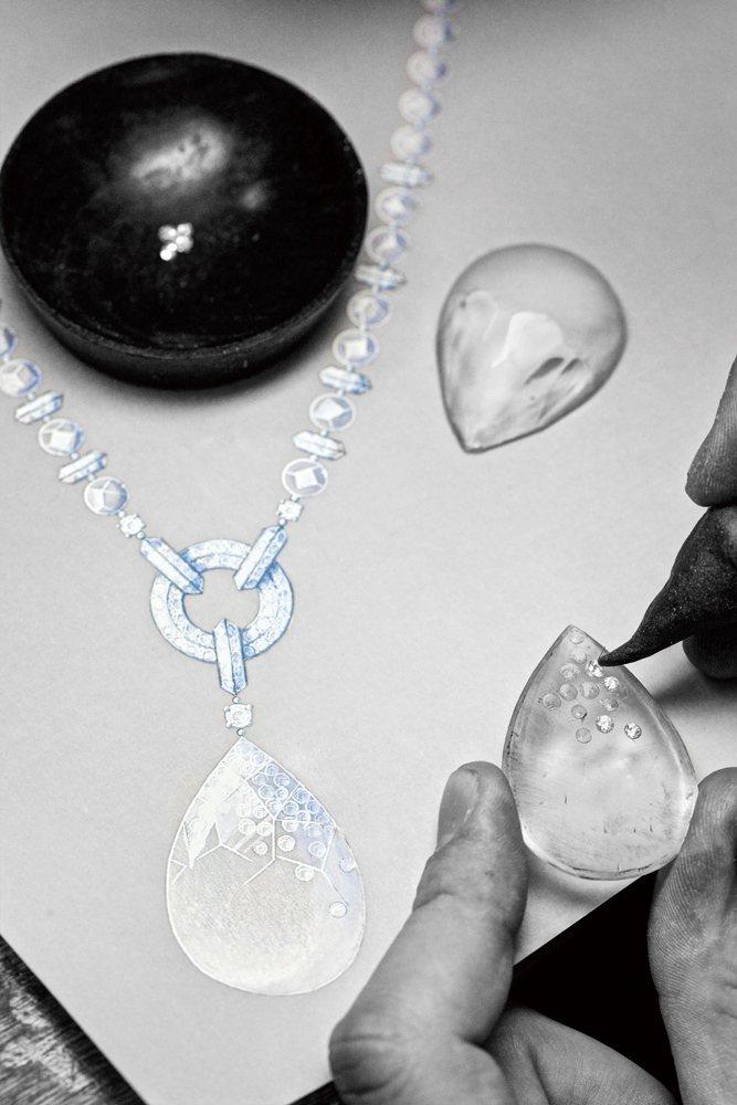 水晶滴墜與手繪稿對照,確認每一顆鑽石完美吻合。圖/珠寶之星
