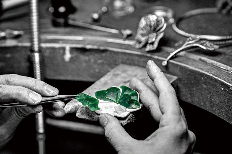 不放過任何細節的頂級珠寶工藝,從花瓣底下襯托的小鑽石可以看出來。要完成大小不規則...