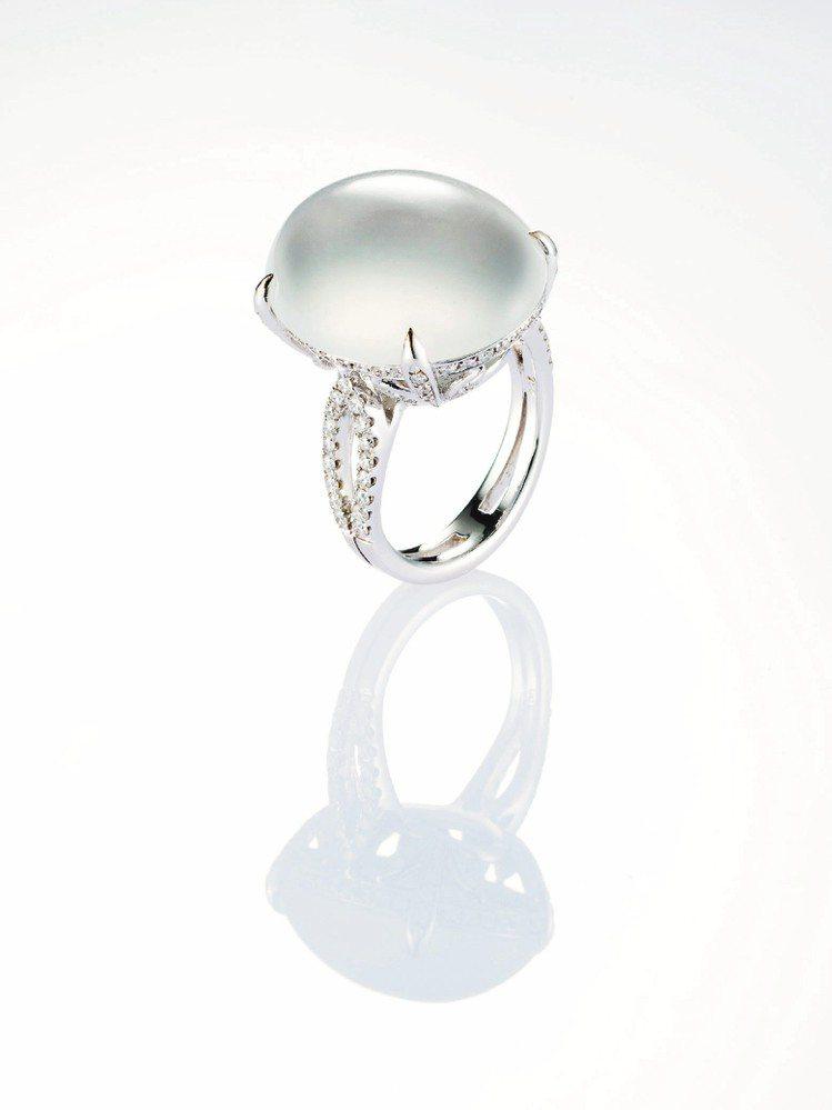 蛋面冰種白翡戒指,鑽石重約0.74克拉,88萬元。圖/JADEGIA玉世家提供