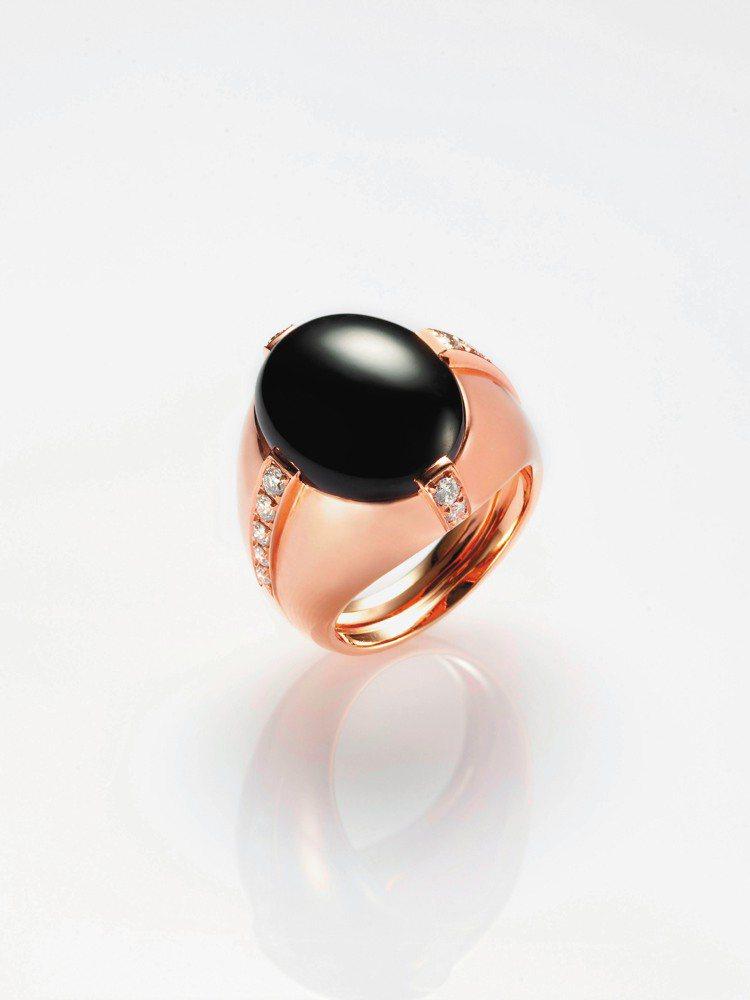 蛋面墨翠玫瑰金戒指,鑲嵌圓鑽重約0.38克拉,28萬8,000元。圖/JADEG...
