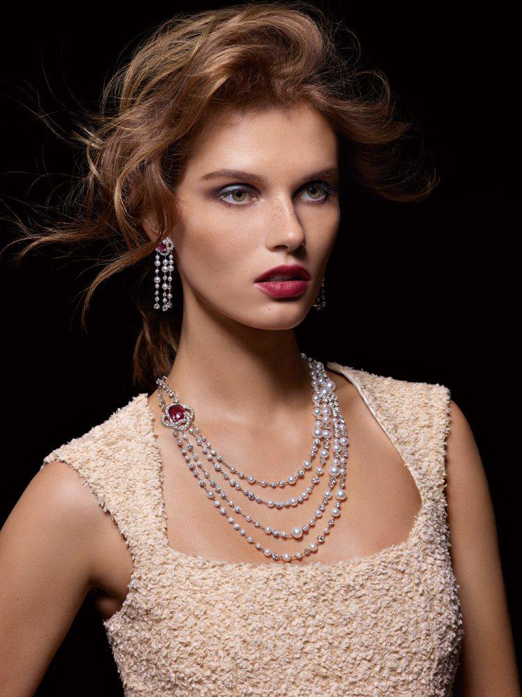 Couture Précieuse系列18K白金材質項鍊及耳環。項鍊鑲飾185顆...