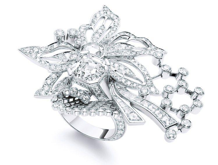 白金材質戒指,鑲飾227顆鑽石,13顆長方形切割鑽石,1顆古典玫瑰式車工鑽石,及...
