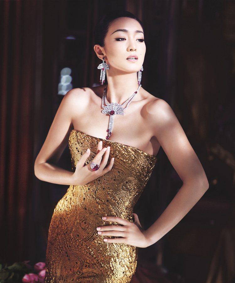 伯爵代言人鞏俐配戴鑲飾鑽石和紅碧璽的Couture Précieuse系列18K...