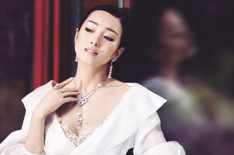 伯爵代言人鞏俐配戴鑲飾鑽石及珍珠的Couture Précieuse系列18K白...