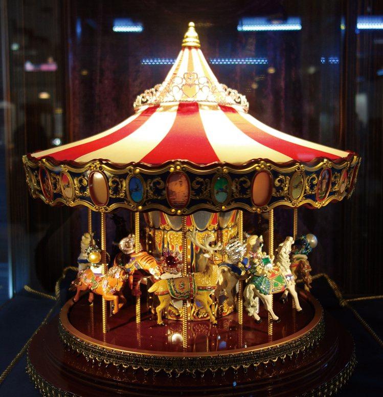 展場中心櫥窗裡的旋轉木馬載著彩色珠寶戒指,旋轉之間流洩著瑰麗光芒。圖/珠寶之星