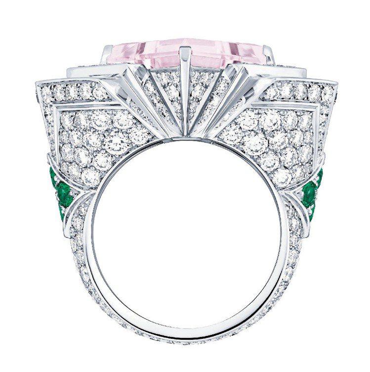 Hologram戒指,白K金鑲嵌5.28克拉玫瑰色綠柱石主石,搭配祖母綠和鑽石。...
