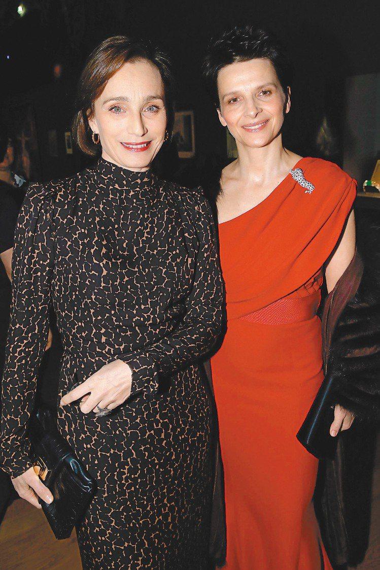 茱麗葉畢諾許頂著帥氣短髮搭紅禮服與卡地亞豹別針在「卡地亞:風格史詩」私人晚宴上與...