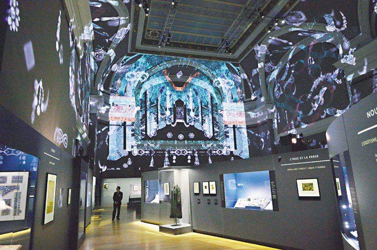 「卡地亞:風格史詩」展場內可看到投影在牆上的多彩建築與寶石,呼應主題。圖/卡地亞...