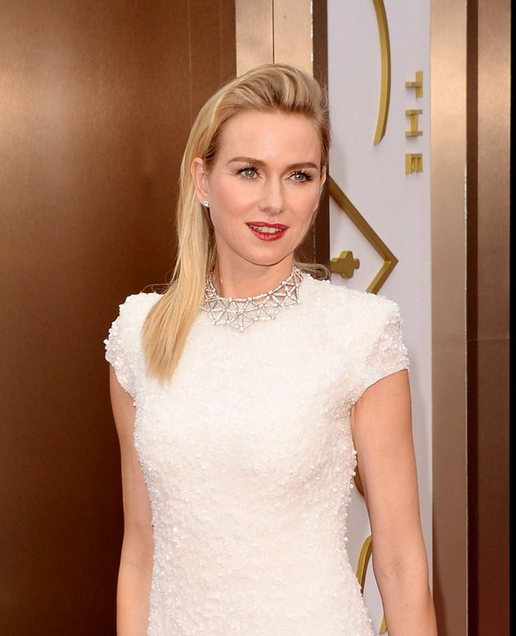 娜歐蜜華茲穿 Calvin Klein Collection 雪白色禮服走紅毯,...