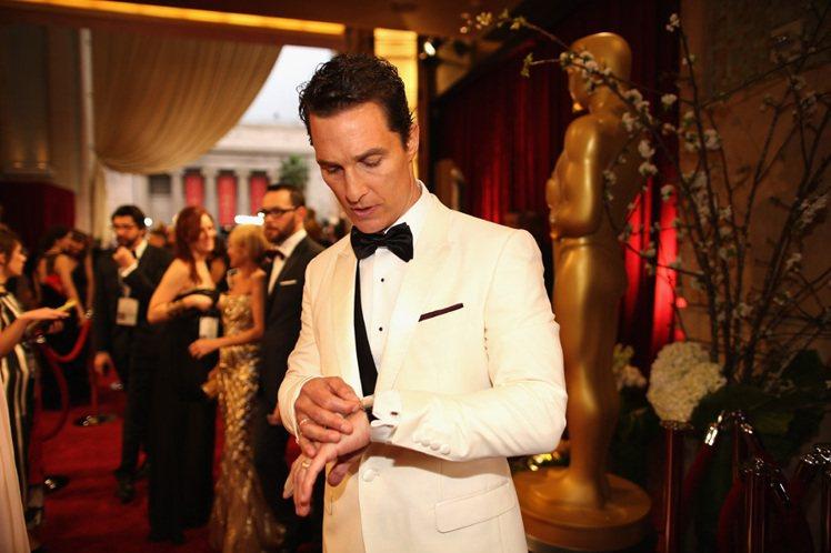 新出爐的影帝馬修麥康納配戴蕭邦L.U.C XP Tonneau腕表和鑲鑽袖扣。圖...