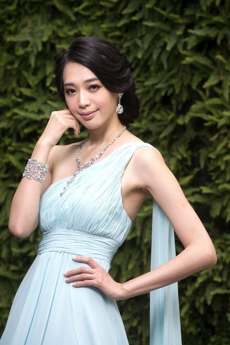王心恬穿戴Anna Hu春夏珠寶,在豔陽下的花園浪漫走秀。圖/Anna Hu提供