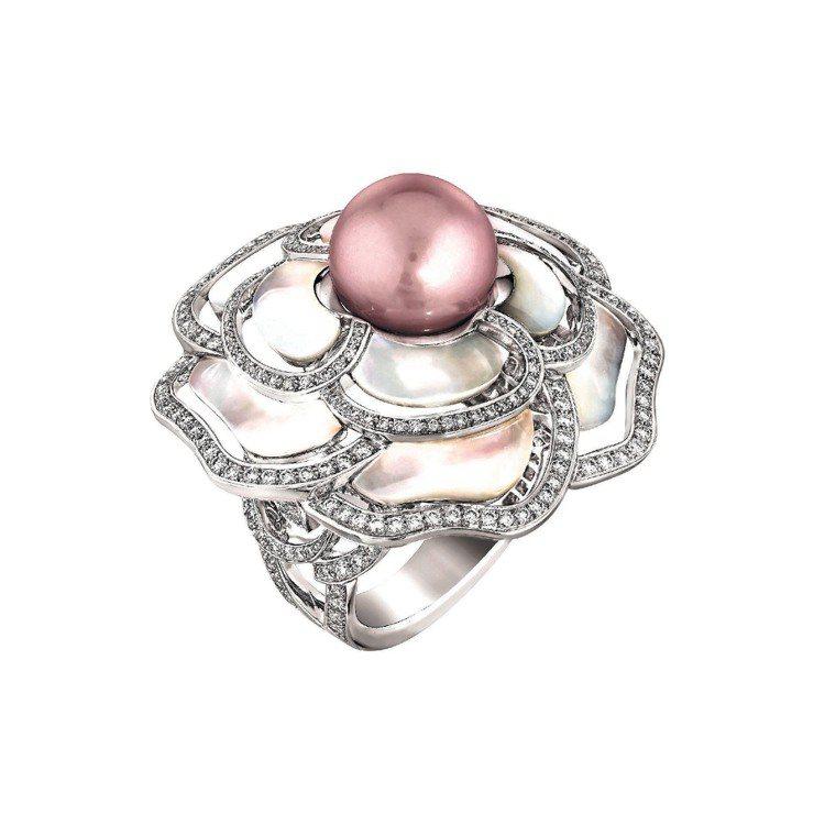 Camelia Nacre戒指,18K白金鑲嵌262顆總重1克拉的明亮式切割鑽石...