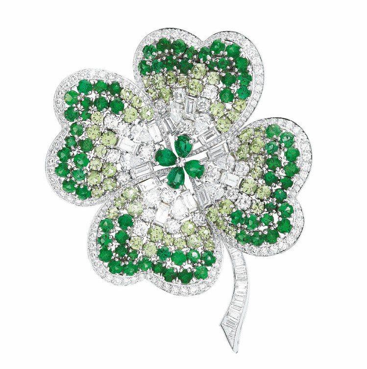 幸運葉瓣胸針,18白K金與鉑金,鑲嵌圓形、長方形與梨形切割鑽石、祖母綠與沙弗來石...