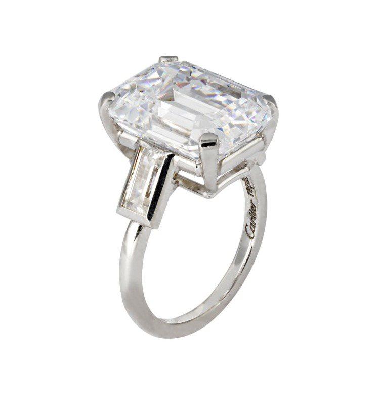 摩納哥王妃葛麗絲凱莉的訂婚鑽戒10.47克拉,此為重製品。圖/卡地亞提供