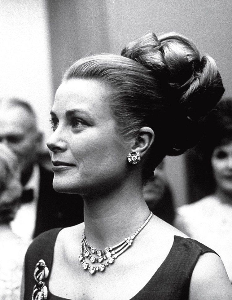 葛麗絲凱莉於1963年配戴卡地亞三串式鑽石項鍊出席公開場合。圖/卡地亞提供