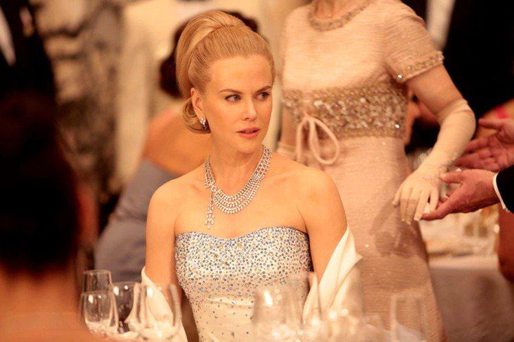 妮可基嫚在片中配戴多款頂級珠寶作品,均由卡地亞打造。圖/卡地亞提供