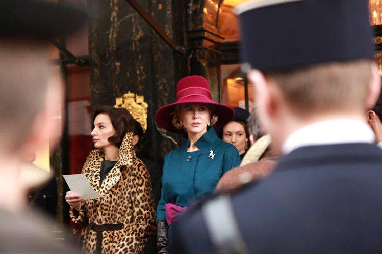 妮可基嫚飾演的葛麗絲王妃在一場戲裡配戴卡地亞特別重新製作的貴賓狗胸針,搭配頂級珠...