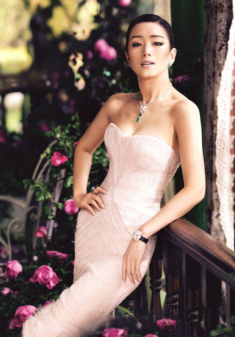 伯爵代言人鞏俐配戴Piaget Rose系列珠寶,宣揚伯爵對玫瑰的熱愛。圖/伯爵...