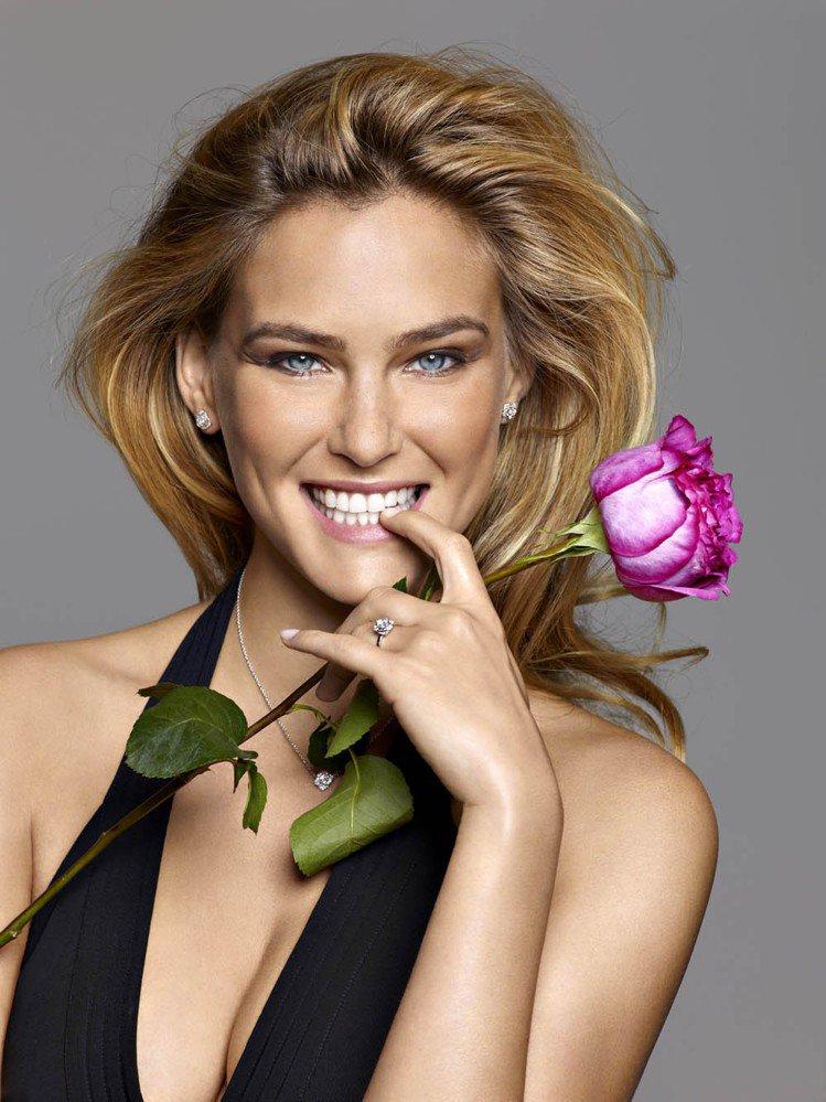 Piaget Rose系列珠寶代言人芭兒拉法莉。圖/伯爵提供