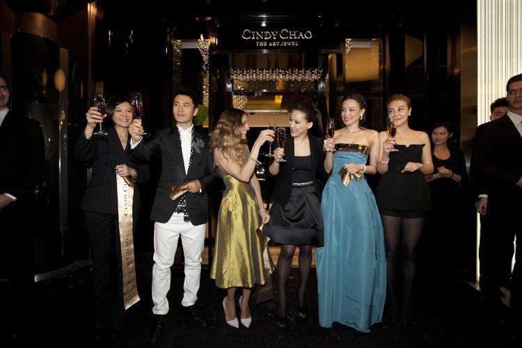 Cindy Chao珠寶展在北京開幕時,莎拉潔西卡派克(左起)、設計師趙心綺和舒...