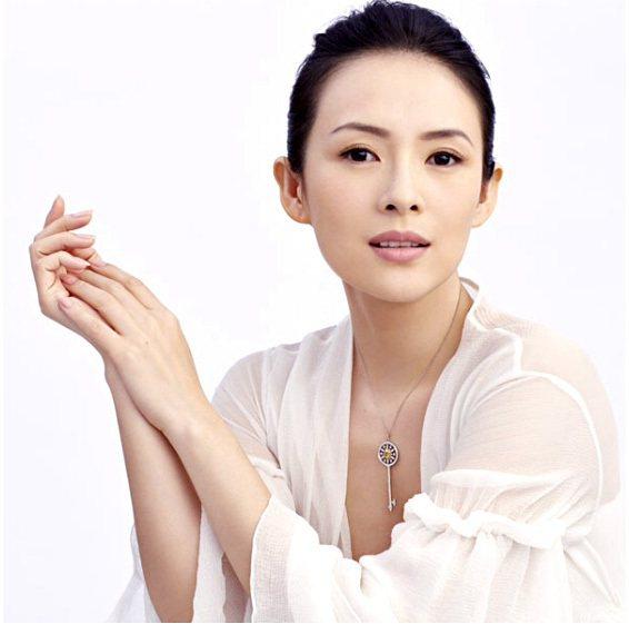 章子怡配戴Tiffany Keys鑲黃鑽鉑金鍊墜,一派優雅。圖/摘自網路