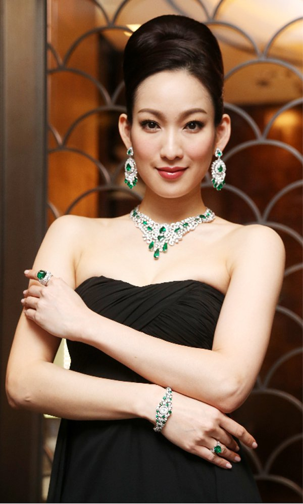 名模李曉涵展示格拉夫多套最新的瑰麗珠寶傑作。記者胡經周/攝影