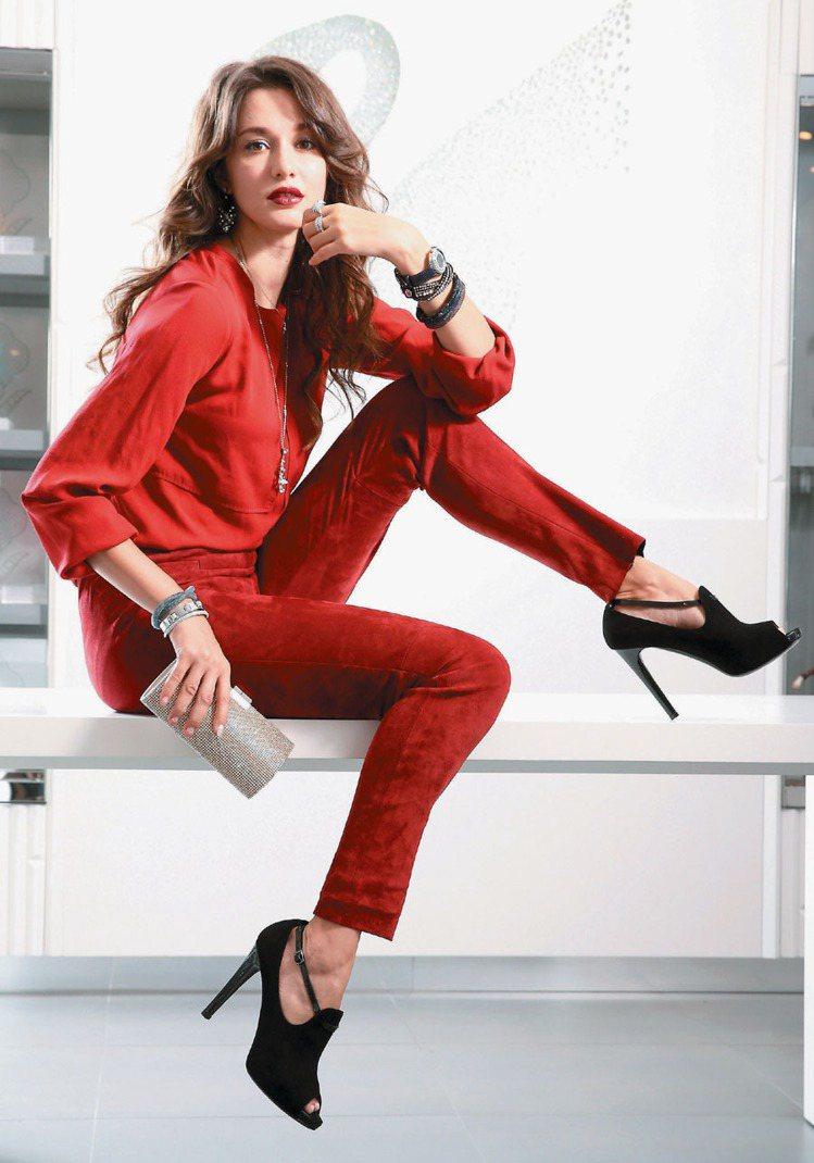 瑞莎紅的魅惑性感。Swarovski飾品配件、Longchamp紅色上衣與褲裝。...