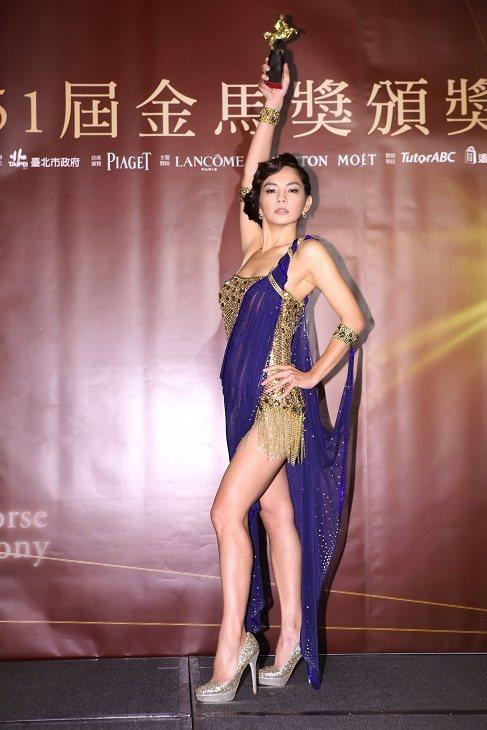 Ella穿著性感舞衣,配戴伯爵珠寶。圖/Piaget提供