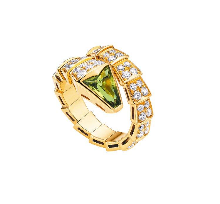 寶格麗Serpenti,黃k金戒指(單圈),鑲嵌綠色橄欖石與密鑲鑽石約1.40克...