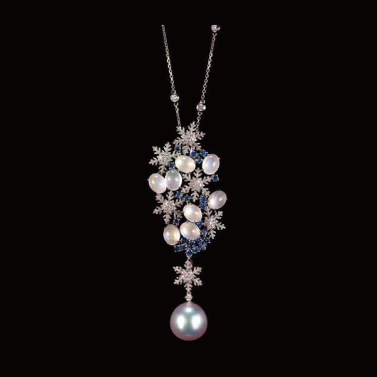 ANNA HU 皇家帽飾系列耳環,鑲嵌月光石、粉紅剛玉。圖/珠寶之星提供