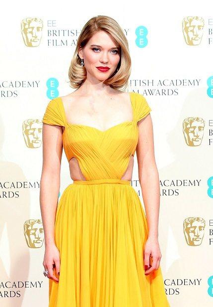 蕾雅瑟杜(Lea Seydoux),選穿PRADA鮮黃色曳地禮服走紅毯,同樣選擇...