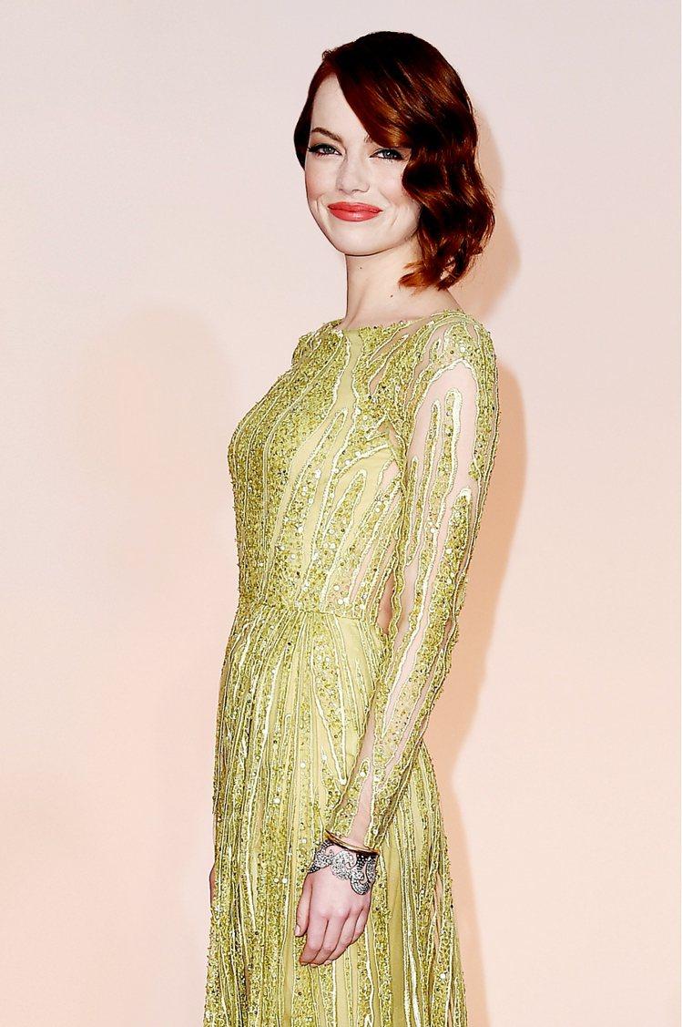 艾瑪史東選了 Tiffany 圓形與玫瑰式切割鑽石鑲嵌的18K白金與黃金手環和祖...