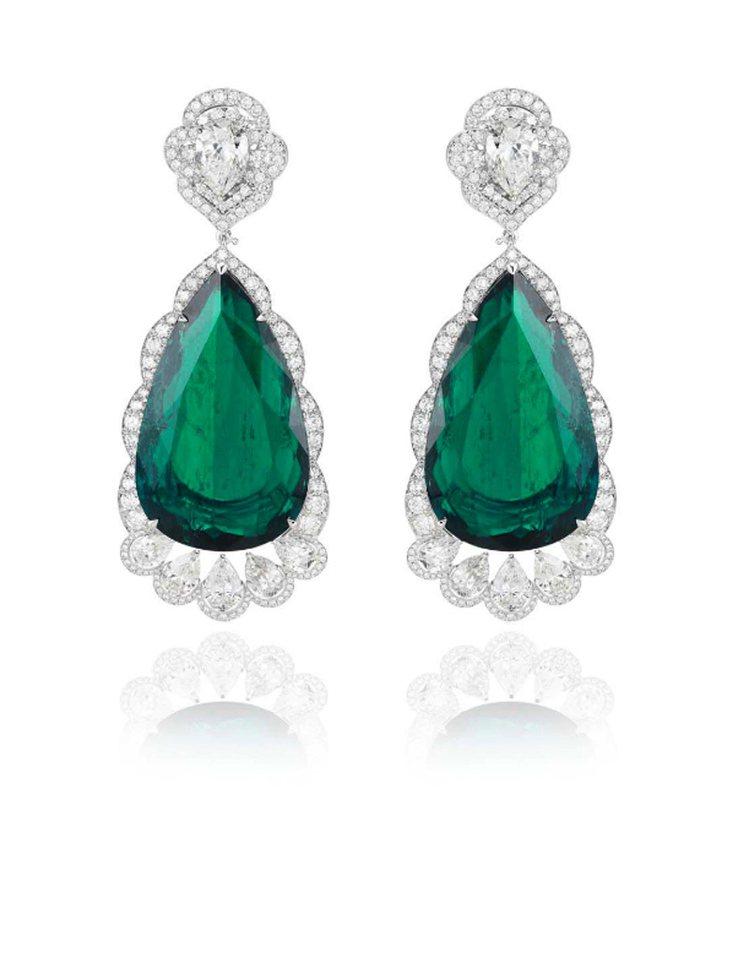 蕭邦紅地毯系列祖母綠鑽石耳環,鑲嵌總重68克拉梨形切割祖母綠和鑽石。圖/蕭邦提供