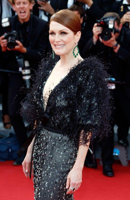 女星茱莉安摩爾配戴蕭邦紅毯系列鉑金祖母綠鑽石耳環和同系列18K白金祖母綠鑽石戒指...