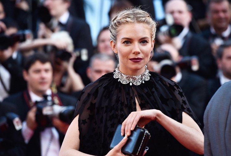 席安娜米勒配戴寶格麗頂級白金鑽鍊,散發古典風情。圖╱寶格麗提供