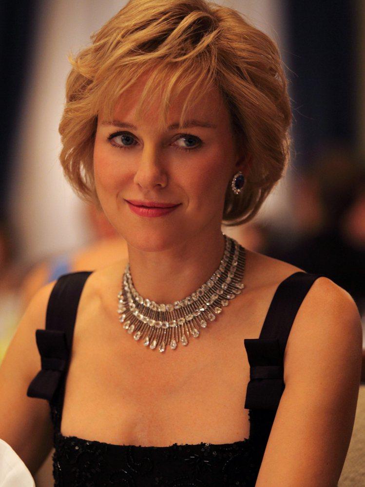 娜歐蜜華茲詮釋英國黛安娜王妃,配戴蕭邦頂級珠寶。圖/迪生提供