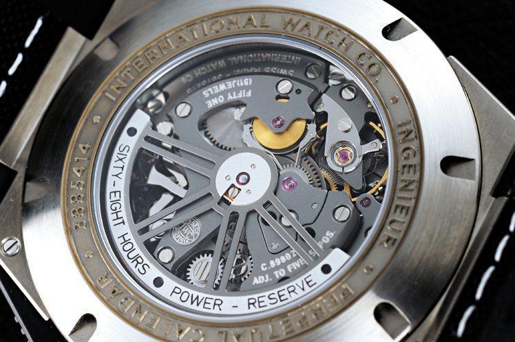 徹底「輕量化」乃賽車運動不可逆之命運!所以此只擷取了大量賽車元素的萬年曆腕錶不僅...