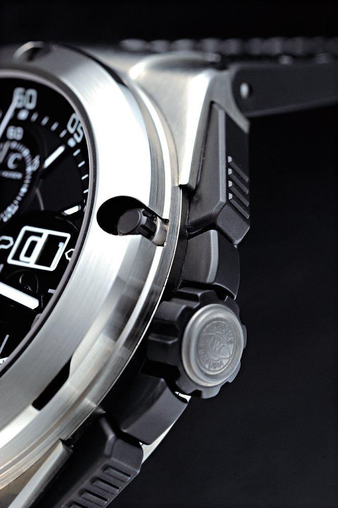 以「鈦鋁合金(TiAl)」材質所打造的錶殼,鈦鋁合金經常被使用在賽車引擎的氣門及...