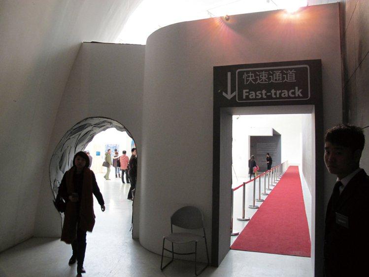 位展場入口處的「快速通道」(Fast-track)是O'clock設計展在北京展...