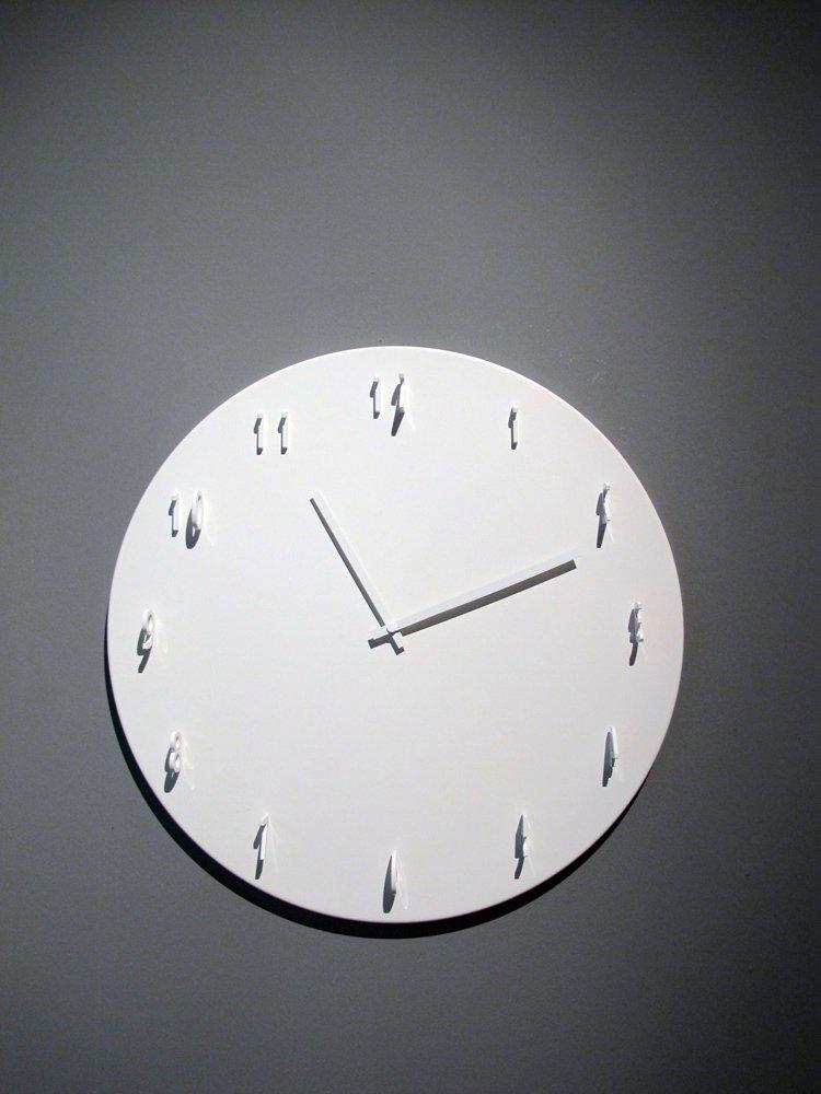 由Front工作室所設計的日晷鐘表面看起來就跟一般的壁掛鐘沒什麼兩樣,不過12個...