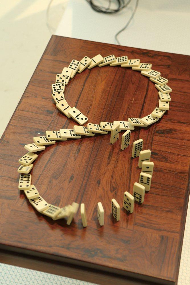 斯德哥爾摩的設計師Albin Karlsson將Domino骨牌排列成無限循環的...