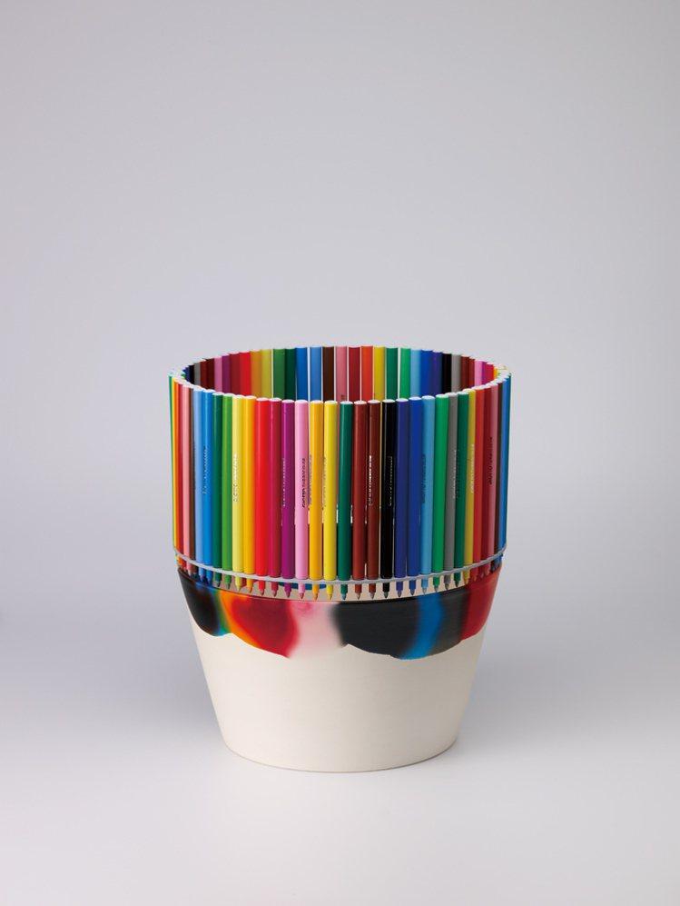 葡萄牙藝術家Fernando Brízio將色彩繽紛的水筆密密地捆成一圈放在圓形...